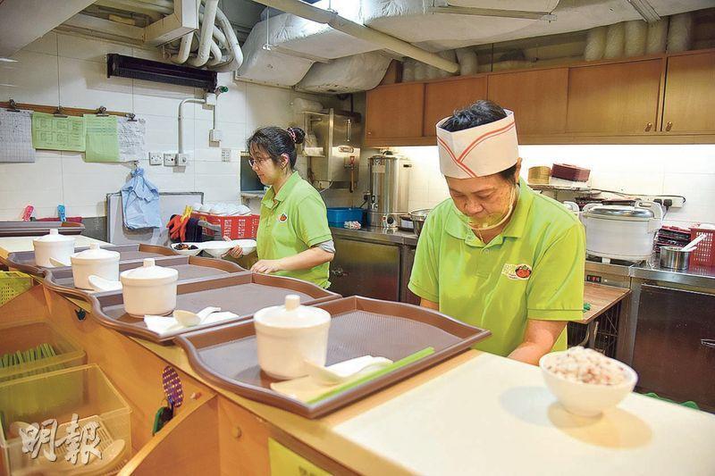 穿著綠色制服的,就是聽障員工,和一般員工合作無間。