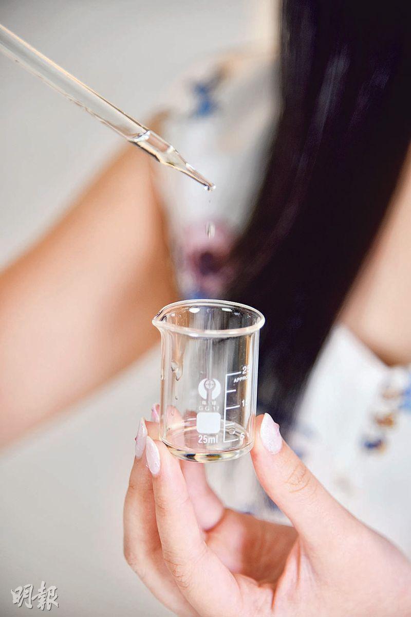 翁靜讀大學時,曾經到過法國當交換生,在當地上過香水製作課程,加上她的鼻子對氣味相當敏感,她甚有信心能研製出「香水藥油」。