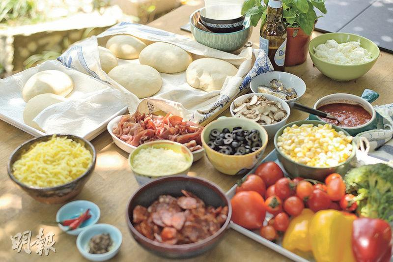 薄餅配料——除了用自家搓製的麵糰,Gale還準備了巴馬臣芝士、水牛芝士、mozzarella、沙甸魚、指天椒、粟米、蘑菇等材料,讓朋友可以自由發揮放上pizza。(圖:楊柏賢)