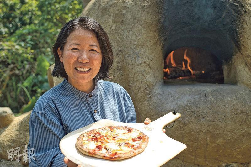 分享樂趣——熱愛大自然的Gale與丈夫決定在家築起窯爐,更開辦薄餅工作坊給大眾參加,讓更多人享受到古法窯烤的樂趣。(圖:楊柏賢)