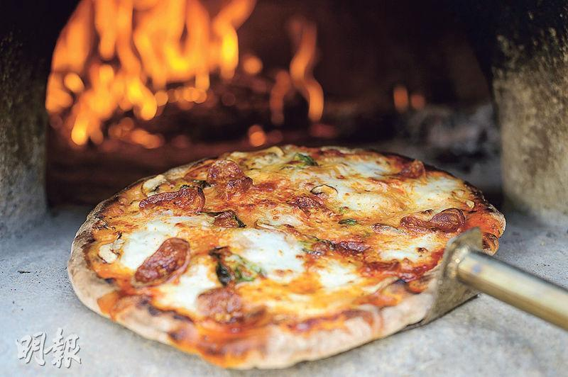 窯烤薄餅——用柴火以450℃至500℃高溫烤製意大利Neapolitan pizza,外皮焦脆,口感煙韌,入爐大約分半鐘左右即大功告成。(圖:楊柏賢)