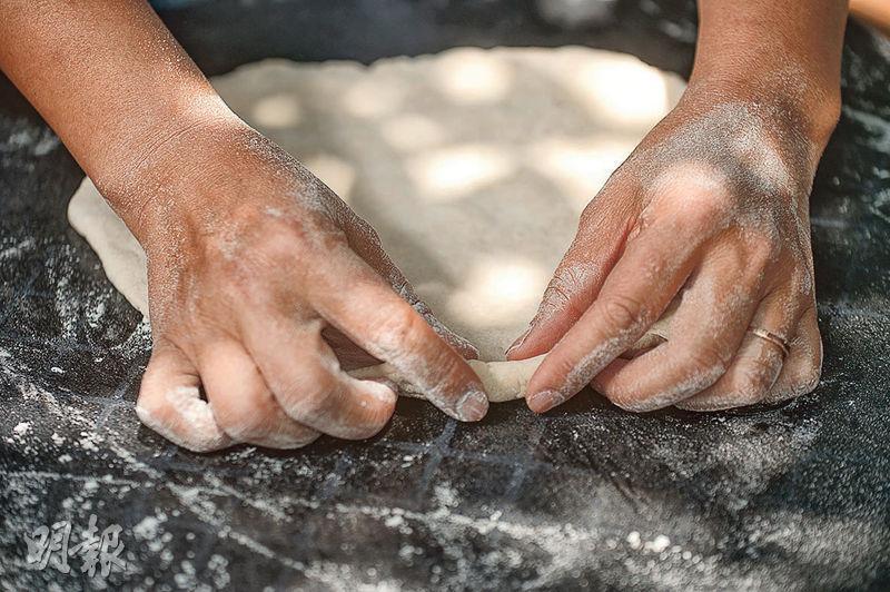 小貼士——手搓薄餅時輕輕揑起餅邊,防止醬汁流走。(圖:楊柏賢)