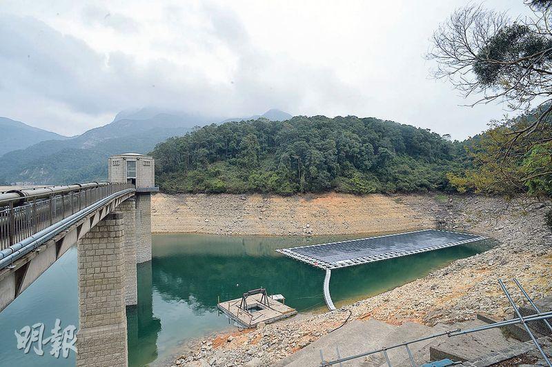 水務署試驗石壁水塘建設浮動太陽能發電場已完工,署方表示,太陽能板除了發電還有其他優點,包括減少水庫的水分蒸發,有助減少水資源浪費。(蘇智鑫攝)