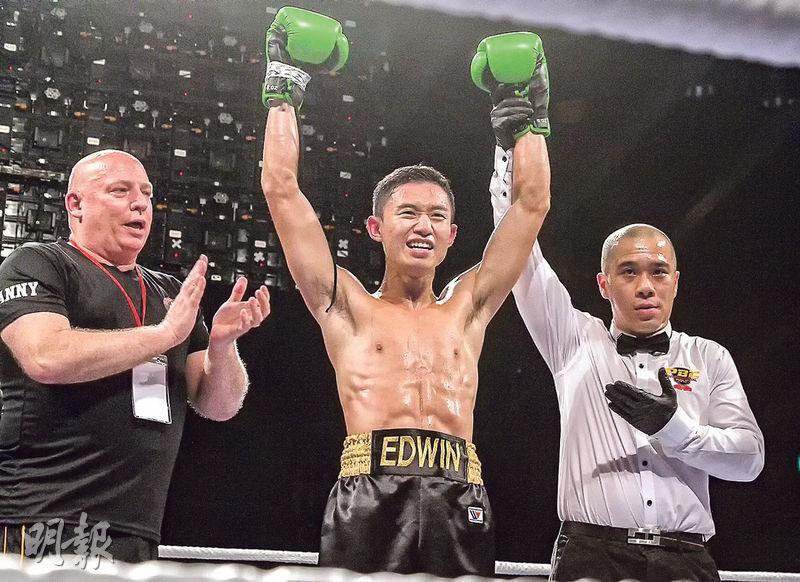 上月舉行的「王者對決2」拳賽中,吳家豪(中)「打頭陣」出賽,在4回合賽事中,以點數擊敗對手,為其首場職業賽寫下亮麗戰績。(警務處提供)