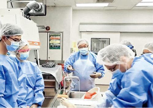 馬宣立(中)教學生解剖,他說很多時解剖只是1小時,但見死者家屬卻是3小時,家屬往往就在見法醫時,將心中對醫院的不滿說出來。(港台《大醫之道》片段撮圖)