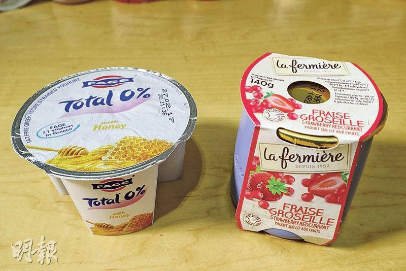 消委會測試了市面45款原味無添加糖乳酪、原味添加糖乳酪及士多啤梨味乳酪,發現「Fage」的原味添加糖乳酪(左)含糖量最高,一杯有32克糖,約等於6.4粒方糖,貼近一罐可樂。「la fermière」的士多啤梨味乳酪(右)則為該類別中含糖量最高的乳酪,一杯有23.8克糖、約等於4.8粒方糖。(郭慶輝攝)