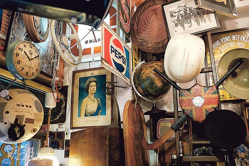 Select 18古董店嘅店主Mido係印度裔港人,鍾愛蒐集殖民地時期嘅物品,佢話英女王張相係鎮店之寶之一,以往喺官立學校、政府部門可以搵到,但已買少見少,唔會出售。(蘇智鑫攝)