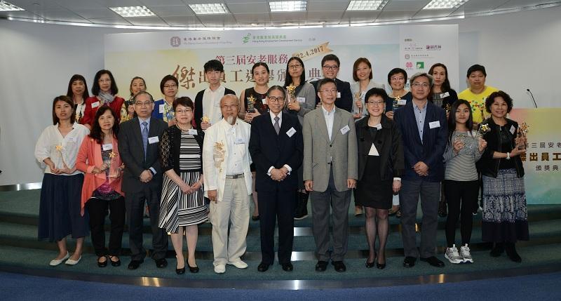 廖成英(後排右三)和譚宇傑(後排右五)在嘉賓、其他得獎者、家人和同事的見證下,獲安老服務「傑出員工」的嘉許。(攝影:Mike)