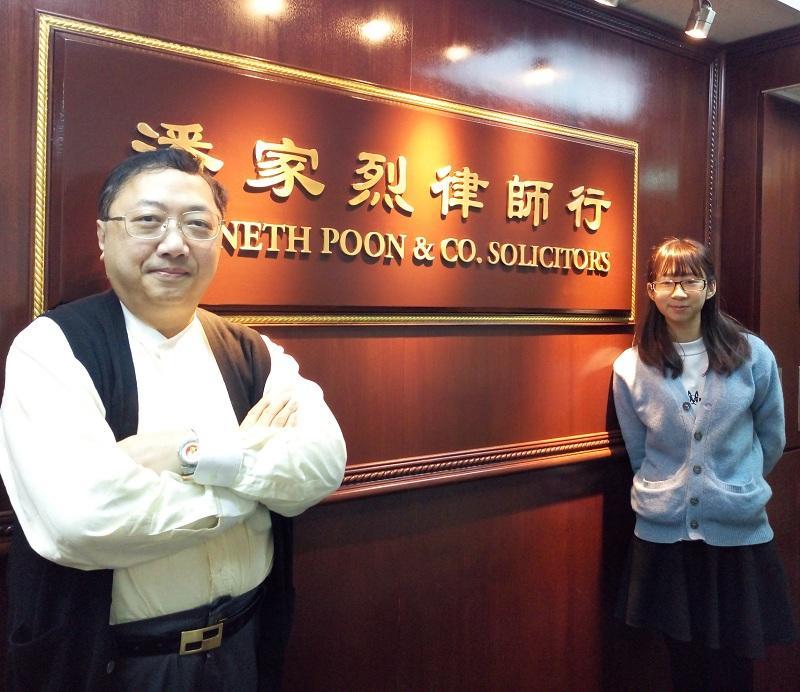 「法律及行政事務學高級文憑」課程畢業生、現職LE的麥曉琳(圖左)