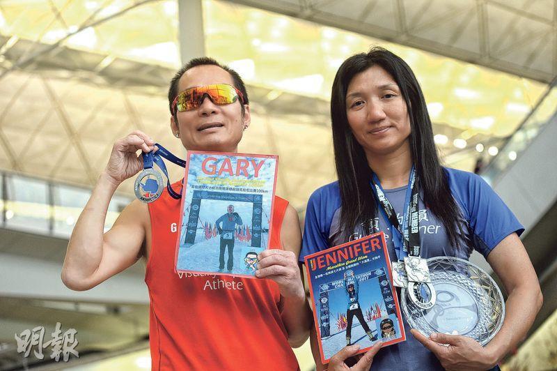 視障跑手梁小偉(左)1月21日完成南極100公里超級馬拉松賽事,取得男子組第6名,是第一位及唯一一位參加及完成南極100公里賽的視障運動員。右為領跑員張思縈。