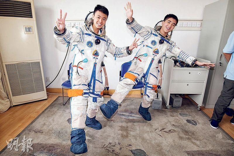 「少年太空人體驗營」參加者可到內地體驗航天員的訓練課程,圖為過往參加者一嘗穿上航天服滋味後興奮拍照。(康文署圖片)