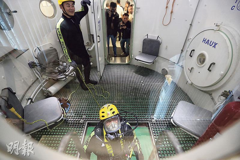 深潛模擬艙分水上及水下,可加壓至相等於最多水深100米的環境,供潛水隊隊員訓練在水底的判斷力。隊員會在水上艙部模擬不同水深壓力下看報紙圈出特定字詞,亦會在水底中模擬限時救出被繩索纏絆的待救者。(李紹昌攝)