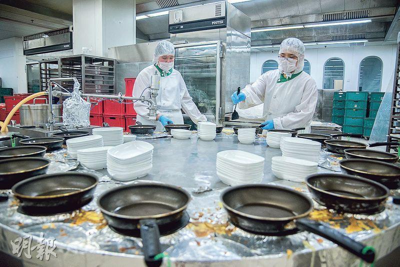 奄列機——18個平底鍋隨輸送帶運轉,機器會自動為所有鍋加熱及唧蛋漿。(圖:黃志東)