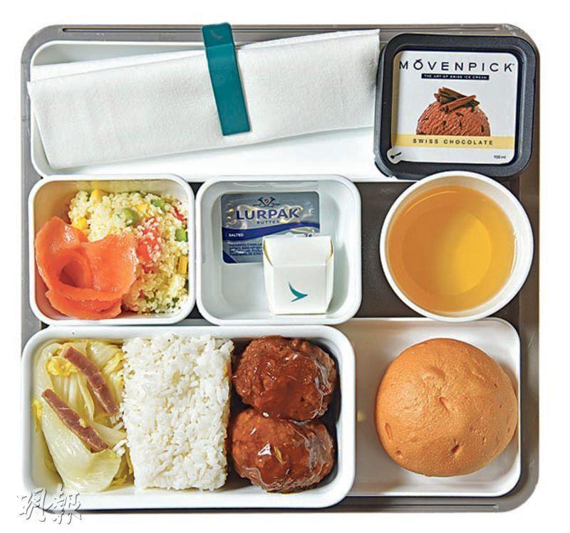 紅燒獅子頭配白飯及娃娃菜——國泰意見調查指出,乘客普遍愛挑選亞洲菜,其中特選經濟客艙供應的紅燒獅子頭,便是不少人的心頭好。(圖:黃志東)