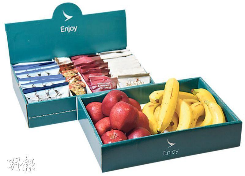經濟艙小食盒——長途客機經濟艙近年推出的snack box,有朱古力、爆谷、能量棒、奶油酥餅及新鮮水果,供客人自取。(圖:黃志東)