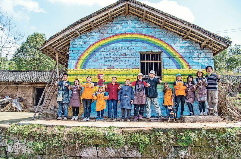 今年三、四月,小半獲社企「花香藝術館」邀請,在四川自貢市富順縣山區繪畫了九幅3米×10米的牆畫,畫中有小半也有農村的生活概念。(相片由受訪者提供)