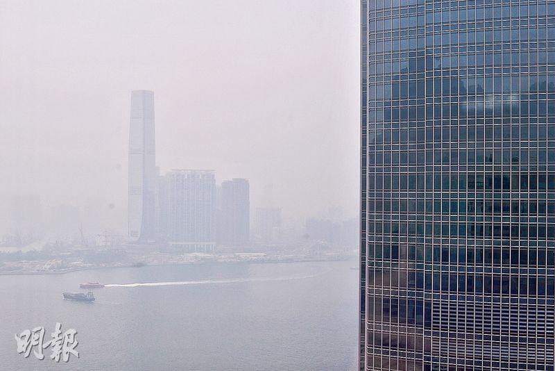 本港昨風勢微弱,不利空氣污染物擴散,各區空氣普遍轉差,中午維港能見度一度跌至不足2公里,維港上空一片灰濛濛,幾乎看不到對岸。(馮凱鍵攝)