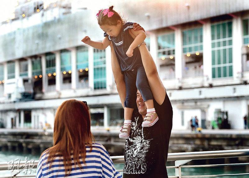 香港大學一項調查發現,家庭關係對快樂程度有直接影響,經常與家人面對面溝通及共晉晚餐的人,快樂指數亦較高。(李紹昌攝)