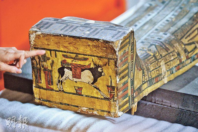 古埃及人認為人有兩個靈體,分別是與生俱來的「卡」及死後化成的「巴」。他們認為「卡」有一雙手,因需要進食;「巴」則是圖中棺木底所顯示的雀鳥圖案,可自由穿梭,但會回到肉身休息。「卡」與「巴」必須並存始能得永生,故古埃及人非常重視祭品及肉身保存。(蘇智鑫攝)