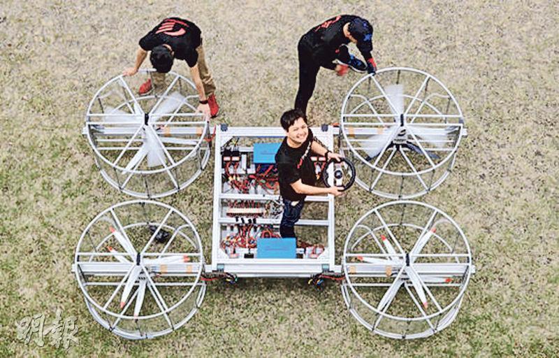 豐田資助的研發團隊在愛知縣一間小學試驗飛天車原型。(網上圖片)