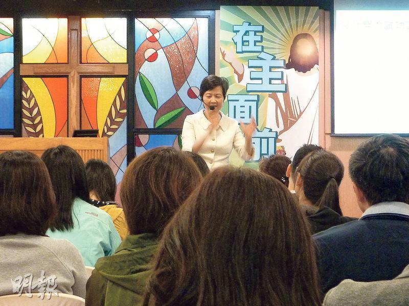 嚴麗慈於教會講授「努力試課程」。(相片由受訪者提供)
