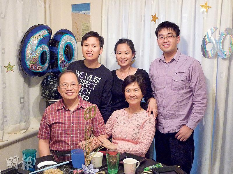 嚴麗慈(前排右)與丈夫黃兆祺(前排左)、兒子澤林(後排左一)、女兒博雯(後排中)、乾兒子智聰(後排右)合照。(相片由受訪者提供)