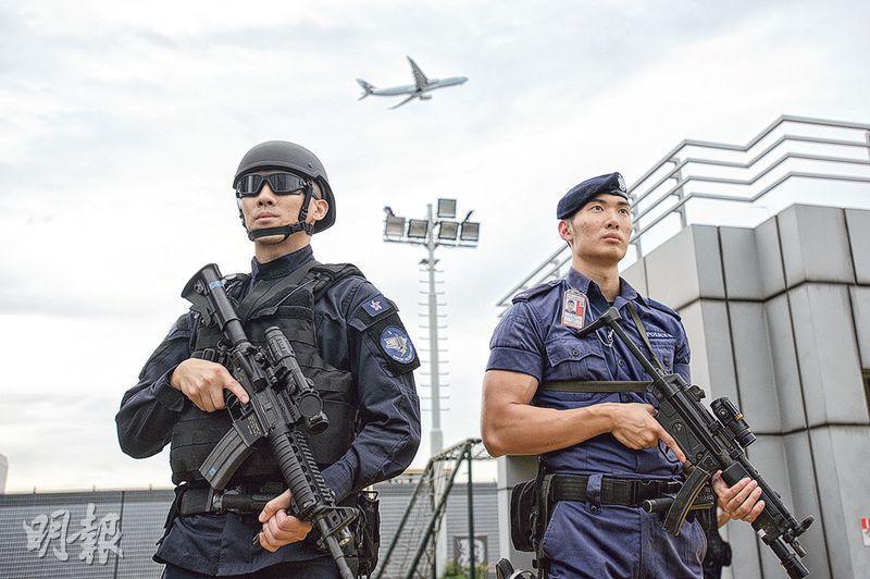 機場特警平常巡邏的制服及裝備共重約30多磅,並配備MP5衝鋒槍(右);當應付行動,須戴上特定頭盔、護眼罩及避彈衣等,其身穿的制服亦具防磨防火功能,全身裝備共重50多磅(左)。現時機場特警有132人,分成5隊,每隊23人中有6人會配備較先進的長距離步槍之一的M4突擊步槍(左所持的步槍),以便在高樓以中長距離伏擊可疑分子。(楊柏賢攝)