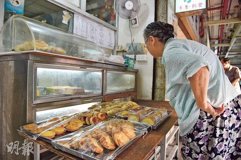 啖啖心機——多款自家製麵包糕點,放在店門前,方便街坊行經時買幾個醫肚或留作翌日早餐。(圖:黃志東)