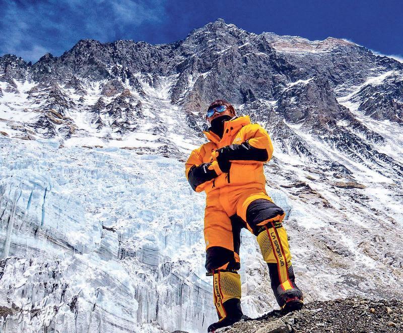 曾燕紅老師昨晨成功登上珠穆朗瑪峰頂,圖為她日前在珠峰留影,她背後最高處為珠峰頂。(「海拔8848.44米上的課堂」專頁圖片)