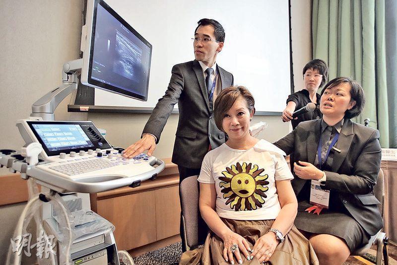 國際肌肉骨骼疼痛協會主席、麻醉科醫生李靜芬(右一)表示,使用超聲波動態造影,可檢視病人的肌肉、筋膜等活動時的狀况,有助斷症。(曾憲宗攝)