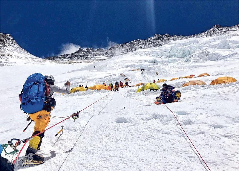 圖為曾老師位於海拔7000多米高嘅Camp 3,需跨越照片上方嘅山,才能到達8000米高嘅Camp 4,距離珠峰頂仲有逾千米距離。呢張相由曾老師所攝,左下方為幫助佢上山嘅雪巴嚮導。(曾燕紅提供)