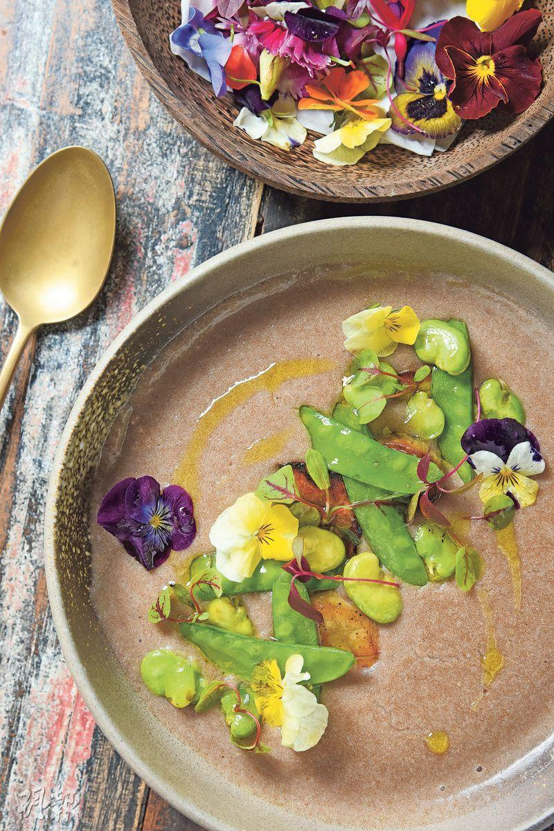 Teff & Oats Porridge——以苔麩、藜麥、鷹嘴豆味噌、醃漬蔬菜、醬油發芽種子所製,最後綴以粉紅胡椒油,入口暖笠笠。($95,a)(圖:黃志東)