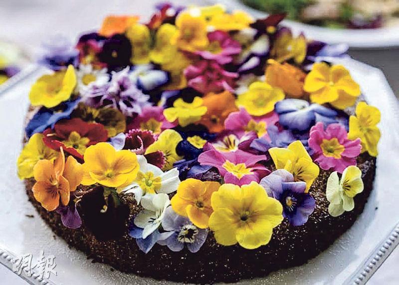 花卉蛋糕——Mina的蛋糕鋪滿食用花,花卉味道溫和,比起糖皮裝飾,為蛋糕增添美麗,減少糖分。(圖:Mina Park)