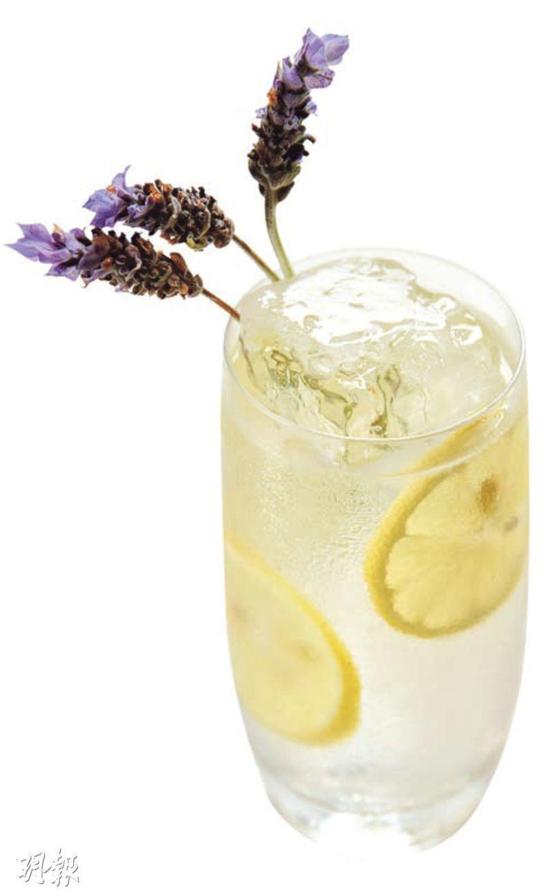 Lavender Tom Collins——混合氈酒、自家製薰衣草糖漿、新鮮檸檬汁和梳打水,喝之前,先嗅一嗅新鮮花香,再呷一口清新的雞尾酒。($120,b)(圖:黃志東)