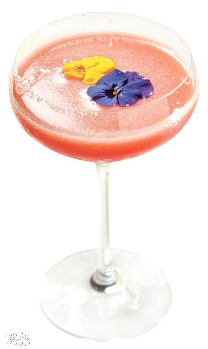 Aztec's Heaven——混合Tequila酒、梨蓉、龍舌蘭糖漿和檸檬汁,味道清酸帶果香,調酒師建議,喝到一半時,可吃一塊食用花,讓舌頭清新一下。($145,b)(圖:黃志東)