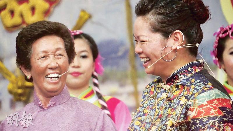 何細妹教唱歌——香港仔漁民何細妹(左)現在已搬上鴨脷洲邨,但仍會到學校教小學生唱漁歌。(圖:受訪者提供)