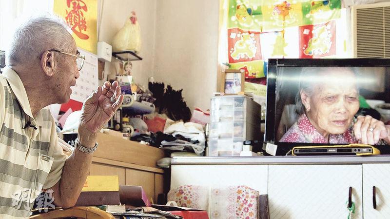 「有電真好」——馬智恆為黎伯播放在黎家拍攝到的片段,黎伯盯着已逝妻子的畫面,喃喃一句:「有電真好。」(圖:受訪者提供)