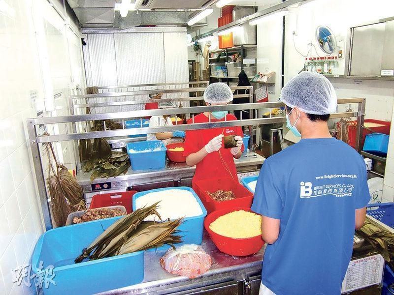 善導會旗下社企「明朗廚房」設置工場做糉,聘請多名更生人士工作,23歲嘅阿偉(化名)係其中一人(非相中人)。(明朗廚房提供)