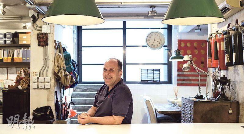 居港22年的Koslow深愛唐樓,認為應保留有歷史特色的建築,而他正在租用的唐樓辦公室,前身是一間印刷店,他特意留下部分用具作裝飾。(曾憲宗攝)