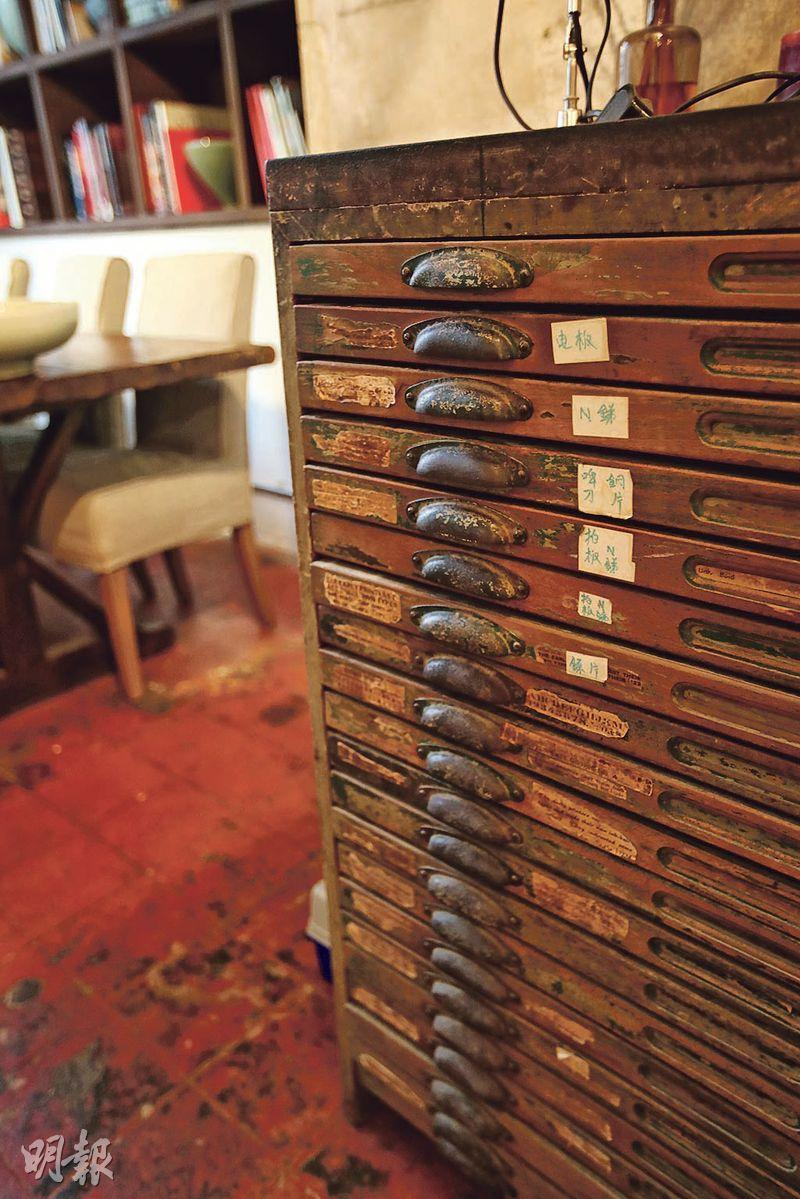 Koslow目前租用的唐樓辦公室,前身是一間印刷店,他保留部分家具,包括擺放文件的木櫃,成為別具特色的擺設。(曾憲宗攝)