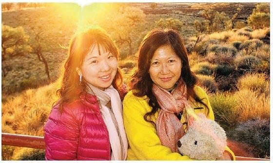 和女兒Lancaster2015年在澳洲烏魯魯旅行。(相片由受訪者提供)