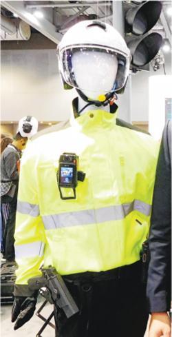 除巡邏警員之外,交通警員配備穿戴式攝錄機協助取證,亦是未來的趨勢。圖為海能達展出穿戴式攝錄機兼對講機產品。