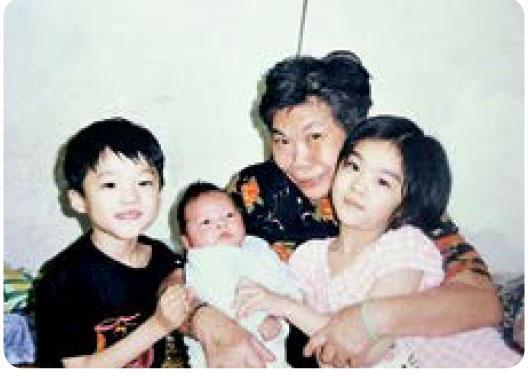 楊文蔚(右)自幼與祖母、弟弟生活,沒有父母在旁管束,她曾經做過街童,幸好運動改變她的人生。(相片由受訪者提供)