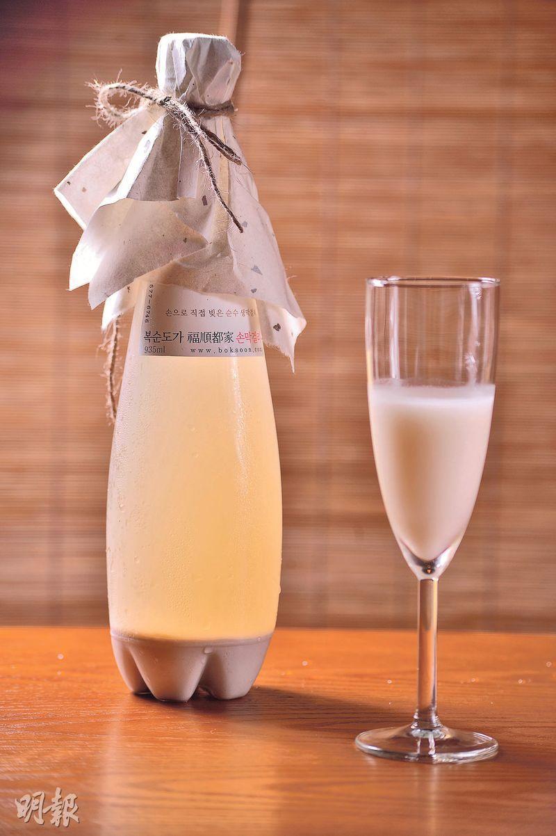 福順都家生米酒——被譽為「香檳米酒」的生米酒,一扭開樽蓋,底部氣泡立時向上升,氣泡將底部的米粒攪勻,相當過癮,酒精度只有6%,又甜又滑相當易入口,完全不覺有酒勁。($260)(圖:馮凱鍵)