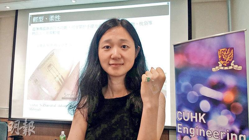 中大電子工程學系副教授趙鈮(圖)示範使用微型超薄血壓測量感應器,指新感應器細小易用,敏感度高,期望5年後可推出市面。(曾映妹攝)