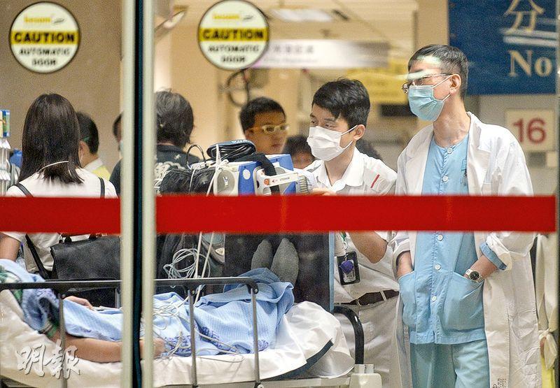 政府最新研究推算,醫生及護士人手至2030年將嚴重短缺,建議增加培訓學額、挽留人手及透過有限度註冊增聘醫生等,解決困局。不過,有醫生質疑研究團隊低估私營市場的承受能力。(蘇智鑫攝)