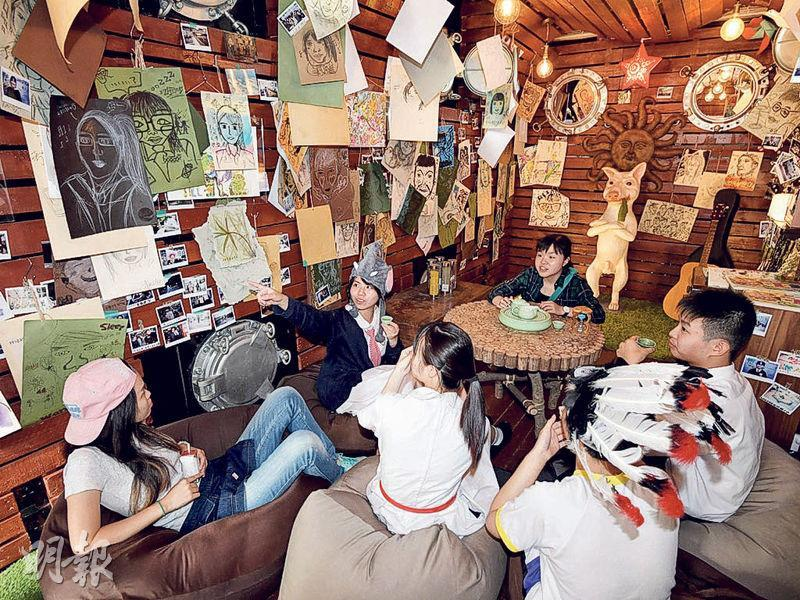 流動創作教室「M+敢探號」係由一架長8米嘅拖車改造而成,穿梭唔同中學與學生一齊創作,車內擺咗豆袋梳化等,好似咖啡室咁。(政府新聞網圖片)