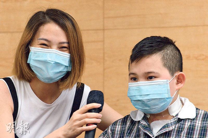 鄧啟謙的母親(左)昨表示,兒子(右)每次做手術她都會擔心,直至聽到有人捐出屍心「真的很開心很開心」,故她感謝捐贈者及其家人作出無私偉大的決定。(楊柏賢攝)