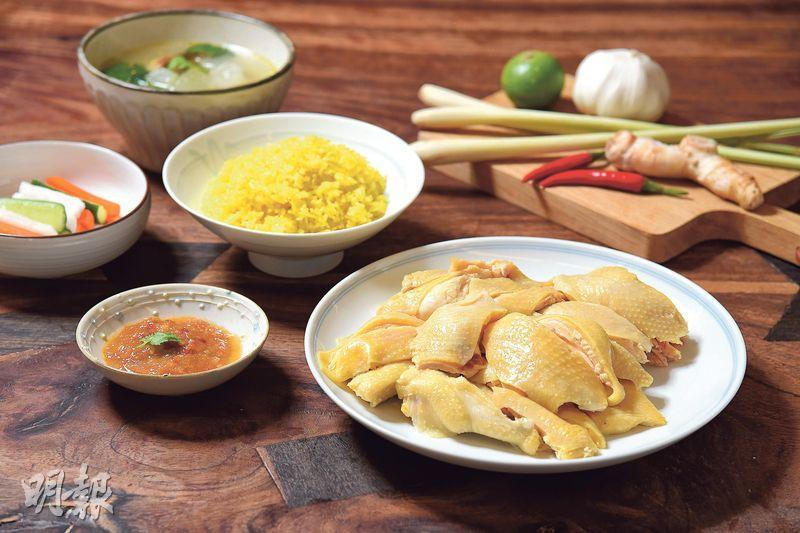 海南雞飯套餐——製作海南雞飯原來相當容易,海南雞、甜酸醃菜、冬瓜湯、雞油黃薑飯及泰式酸辣雞醬都可以一次過準備。雞肉嫩滑,米飯充滿油香,更重要是可留在家中慢慢歎。(圖:黃志東)
