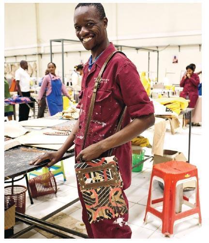 非洲企劃﹕Vivienne Westwood的非洲企劃除了重塑廢棄物外,亦鼓勵了當地生產。(相片由品牌提供)